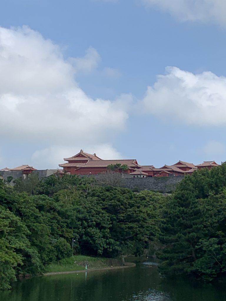 5月19日  今日の沖縄は晴れ 青空に映える、首里城の朱