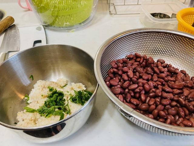 煮た小豆と玄米ごはんにシソを混ぜる