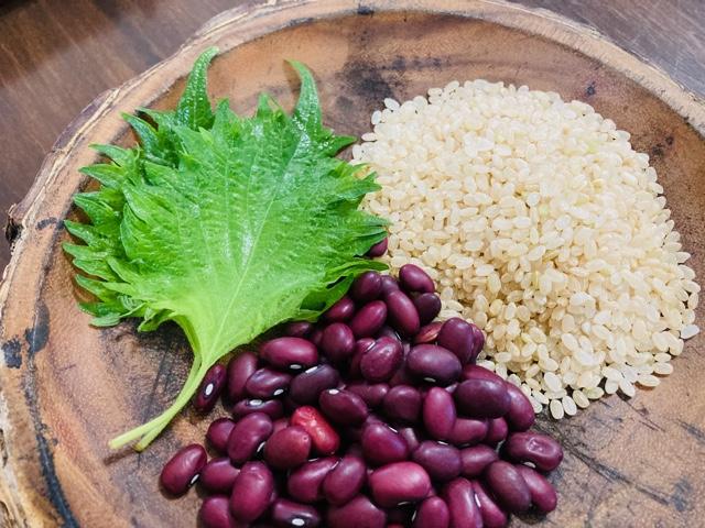 フチャギ材料 玄米ごはん、小豆、シソの葉